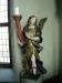En av änglarna som flankerar altartavlan
