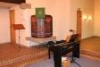 Till vänster om altaret står en orgel.