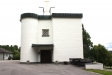 Kyrkan liknar inte en kyrka på utsidan.