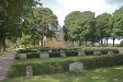 Kyrkogården är vacker med alla sina träd.