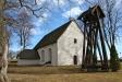 Kyrkan och klockstapeln.
