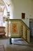 Predikstol från 1725 med rankor på trappsidan