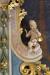 En ängel med pinoredskap på altaret