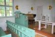 Tillhöger om altaret står en orgel.
