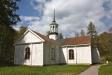 Kyrkan från vägen.