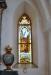 Två glasmålningar flankerar altartavlan