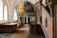 altaruppsatsen och de båda flankerande glasmålningarna.