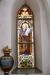 Den ena av glasmålningarna vid altaret.