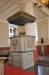 Nyklassicistisk altaruppsats med harpospelande putti.