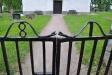 1811 ev 1817 står det på grinden som är krönt med två ormar