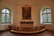 Altartavlan från 1700-talet omges av två vackra glasmålningar från 1957.