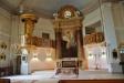 Predikstol och herrskapsläktare på var sida om altaret
