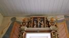 Adolf Fredriks och Lovisa Ulrikas initialer flankerar korset i altaruppsatsen