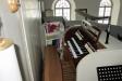 Kyrkorgeln väl inklämd för en smal musiker.
