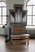 En modern fristående orgel framme vid altaret.