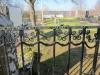 Huvudingångens grindar har inhuggen text enligt bilden.