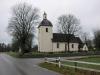 Flertal olika utbyggnader på kyrkans baksida i varierande storlekar.