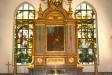 Altaret är av trä med målad marmorering