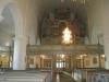 Tyvärr hänger en ljuskrona och ljusbäraren framför kyrkans vackraste prydnad