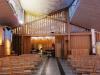 Kyrkbesökarnas baksida och prästens framsida vid högmässan.
