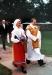 Drottningen i Ölandsdräkt och församlingens präst införd den mässhake som drottning Victoria skänkt.