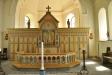 Skulpturerna på altarväggen föreställer S.Sigfrid och S.Olof. S.Sigfrid syns även t.h. på väggen