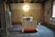 Ett sidokor med intensivt ljus över korset