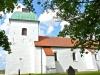 En romansk kyrka från 1100-talet med ett herrskapsgalleri i tornets övervåning. Foto Stig Alenäs
