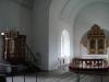 Predikstol och altare.