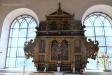 Vilken formidabel altaruppsats som nu hänger över dopaltaret