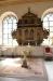 Dopfunt från 1899 och en altaruppsats i renässansstil från början av 1600-talet.