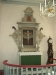 Altaret med drakhuvudsdekoration.
