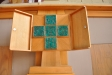 Modernt altarskåp över dopaltaret