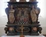 Altaret hamnar i motljus.Bönpallarna klädda i lammskinn