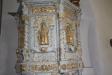 Altarskåpet är sedan 1905 en glasmålning föreställande Kristus på korset.
