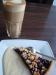 En latte tillsammans med blåbärspaj~