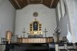 Altarskåpet är snidat och skänkt av konstnären och tidigare eleven Peder Jensen
