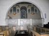 Glasmålningen i orgelverkets nisch är designad Sigvard Bernadotte