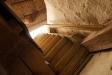 Upp till läktaren leder en trappa smal och brant som en stege..