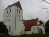 Kyrkan ligger fint på sin kulle. Gå runt den långsamt.