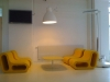ett café med en stor skrivbordslampa