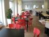 I denna del av restaurangen används röda stolar