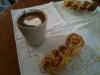 Varm choklad och hembakade bullar.