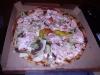 Kebabpizza med blandad sås.
