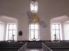 Molnet med frambrytande strålar ovanför altaret