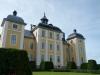 Slottets östra fasad. Kapellets fönster är i mittrisaliten