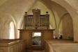 Bakom orgeln finns den med hänglås försedda dörren till Heerdhielmska graven