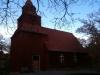 Vackra nakna grenar omsluter Seglora kyrka klockan halv fyra i slutet av oktober.