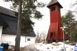 På kyrkas södra sida ligger klockstapeln